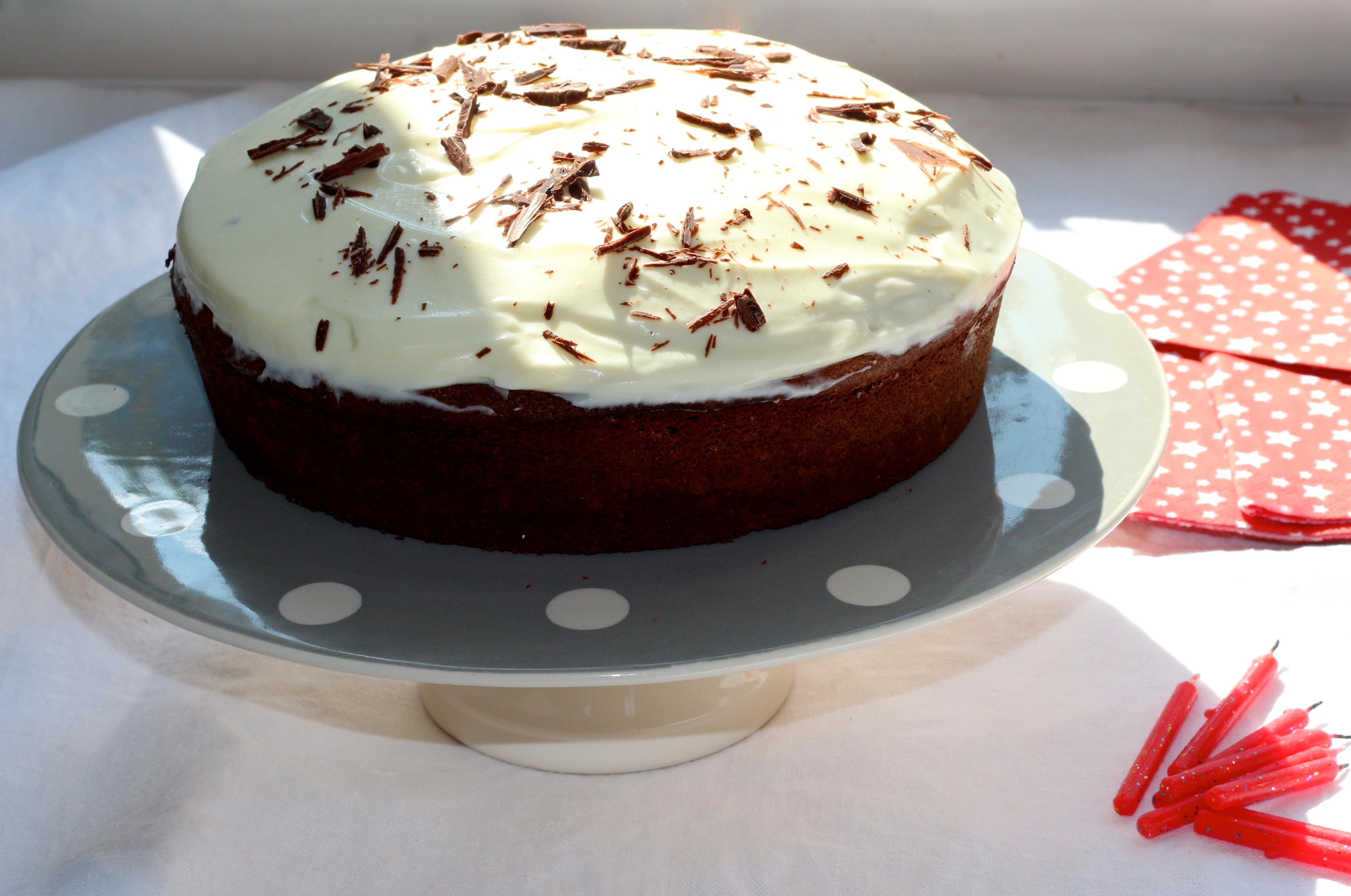 Friday cake #24 : birthday cake tout simple. Cette semaine, comme certains l'ont peut-être vu sur Instagram, nous avons fêté les 7 ans de mon grand garçon! A cette occasion, j'ai imaginé un gâteau tout simple, mais avec de vrais airs de 'birthday cake' car mon loulou est extrêmement gourmand. J'avais la pression ;) ... Heureusement le résultat était à la hauteur de ses attentes! birthday cake / gâteau d'anniversaire En voici la recette... Temps de préparation : 15 minutes Temps de cuisson : 45 minutes Ingrédients (pour 8 personnes) : 5 oeufs 130 g de farine 120 g de sucre 175 g de beurre 200 g de chocolat noir ( gardez un carreau pour faire des copeaux décoratifs sur le gâteau) 100 g de crème liquide 200 g de mascarpone 50 g de sucre glace Copeaux de chocolat (1 carreau) Préchauffez le four à 170 °C. Séparez les blancs des jaunes. Montez les blancs en neige avec une pincée de sel. Dans un grand saladier, battez les jaunes d'oeuf avec le sucre. rajoutez la farine et continuez à battre. Faites fondre le chocolat avec le beurre coupé en morceaux, soit au bain-marie, soit au micro-ondes (1 minute à 900 W). Mélangez bien le beurre et le chocolat fondu puis incorporez-les à la préparation oeufs + farine. Battez. Ajoutez ensuite délicatement les blancs petit à petit pour obtenir une pâte bien mousseuse. Versez ensuite la préparation dans un moule rond de 20 cm de diamètre. Faites cuire 45 minutes environ à 170°C. Laissez ensuite réfroidir le gâteau à température ambiante, puis démoulez-le. Préparez ensuite la crème : montez la crème liquide en chantilly avec le sucre glace, puis rajoutez le mascarpone en continuant à battre. Recouvrez ensuite le dessus du gâteau en lissant avec une spatule. Vous pouvez décorez de quelques copeaux de chocolat noir. En attendant de déguster le gâteau, conservez-le au frais. N.B. : Avec les quantités indiquées pour la crème, vous pouvez uniquement recouvrir le dessus du gâteau. Si vous souhaitez également fourrer le gâteau avec de la crème, d