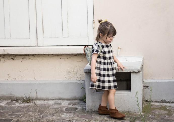 Robe Zara kids, chaussures Minnetonka, cartable Fanny and Alexander.