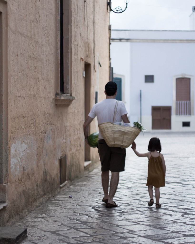 Father and daughter in the streets of Spongano